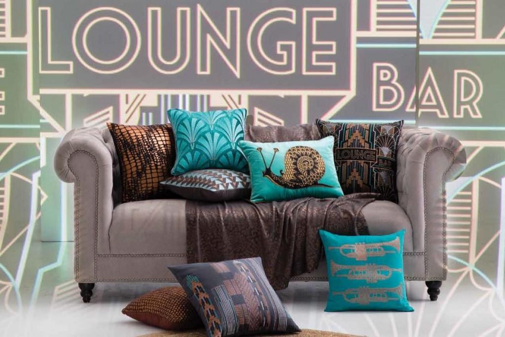 Ein Highlight auf jeder Coach und in Ihrem Bett! Unsere Zierkissen von KAS – die Kultmarke aus Australien – können sich sehen lassen! Bedruckt & teilweise üppig bestickt. Coole Designs, grafische Muster, lustige Motive, traumhafte Farben! Komplettieren Sie den Look Ihres Raumes mit stylischen & bunten Sofakissen - das hebt den Gemütlichkeitsfaktor und macht richtig Spaß!
