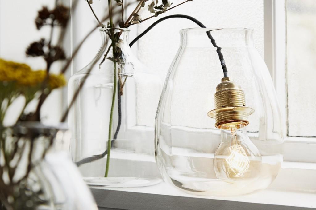 Licht gibt Wärme und Geborgenheit, macht einen Raum gemütlich und hebt die Stimmung. Erst mit der richtigen Beleuchtung rücken die Dinge ins rechte Licht. Kerzenlicht verströmt besonders viel Wärme und gibt ein stimmungsvolles Licht. Besonders gefallen uns die handgemachten Kerzenhalter & Lampen von Madam Stolz. Individuelle, moderne, wunderschöne Wohnaccessoires. Ob im Wohn- oder Schlafzimmer, im Bad oder auf dem Balkon und im Garten. In jedem Raum sind unsere schönen Lichtspender garantiert ein Highlight!