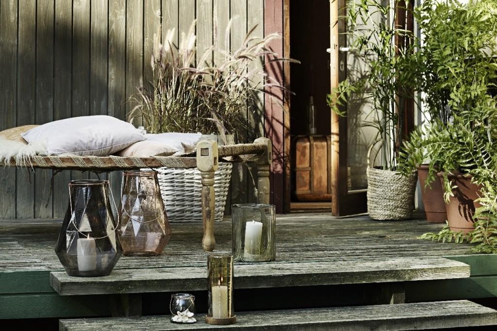 Schönes für Ihr Freiluft-Paradies!  Wer liebt es nicht im Garten oder auf der Terrasse zu sitzen? Hier können Sie relaxen, liebe Freunde zum Grillen treffen, oder einfach entspannt ein gutes Buch lesen. Ein Rückzugsort für unsere Seele! Hier sollten wir uns besonders wohlfühlen. Für die Gartenarbeit empfehlen wir Ihnen unsere nützlichen Helfer von Opinel und Madam Stoltz,aber auch die schönen Dekoteile von Madam Stoltzdürfen in Ihrem Garten nicht fehlen. Und für das gemütliche Grill Event lege ich Ihnen unsere wunderschönen Holz Schneidbretter & Displays von Harch Wood Couture und R-UM Tischlerei & Eventagentur ans Herz. Neu im Programm die supercoolen, praktischen BocaLiegestuhlclips. Da fliegt Ihnen nie wieder Ihr Badeliegtuch oder Ihre Tischdecke davon! Aber auch einen Sonnenschutz können Sie ganz leicht mit den Clips befestigen.Verleihen Sie Ihrer Grün-Oase Ihre besondere Note!