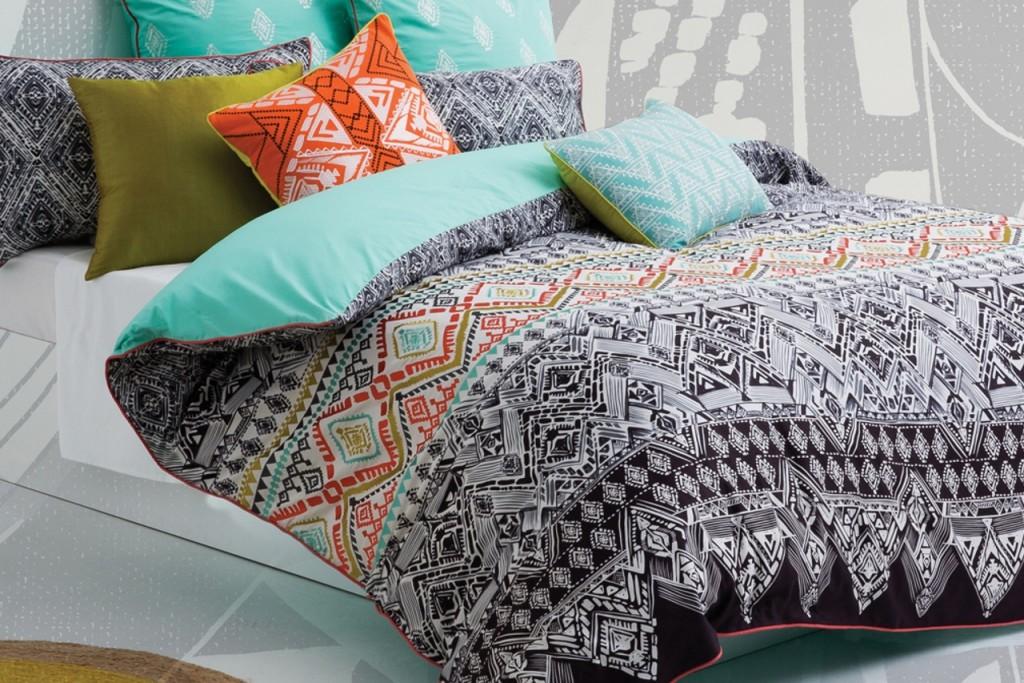 """Für jedes Bett das passende Kleid! Rundum wohlfühlen. Unsere Bettwäsche, alle 100% Baumwolle kann sich sehen und fühlen lassen! Bedruckt, teilweise üppig bestickt, Wendebettwäsche, unifarben, .... Coole Designs, grafische Muster, traumhafte Farben! Träumen Sie schön. Unser Motto """"Wie Du Dich bettest so liegst Du!"""" Entdecken SieKAS – die Kultmarke aus Australienoder unsere hochwertige Uni Satin Bettwäsche von Mary Rose."""