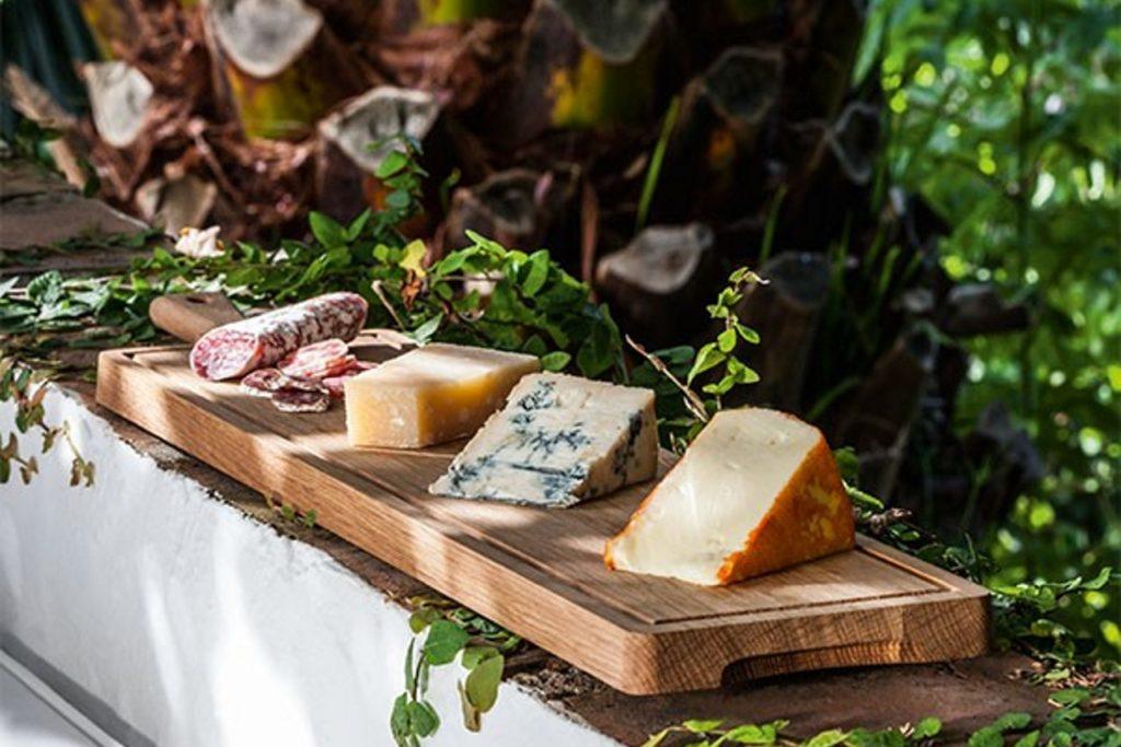 Unverzichtbar in jeder Küche und dabei so wunderschön! Benützen Sie die Schneidbretter nicht nur zum Zubereiten Ihres Essens, sondern nehmen Sie sie auch zum Präsentieren direkt am Tisch. Rücken Sie Ihr Essen ins rechte Licht!  Wählen Sie zwischenunseren Produkten von Harch Wood Couture -Schneidbretter handgemacht aus irischen Hölzern, Made in Ireland, oder unseren handgefertigten, ästhetisch schönenFleischbretter von R-UM - Traditionstischlerei & Eventagentur in Niederösterreich, oder unseren schönen Küchenhelfervon Boska -zeitlos schön, praktisch & passend zu jedem Interieur.Sie werden sie alle lieben! Versprochen!