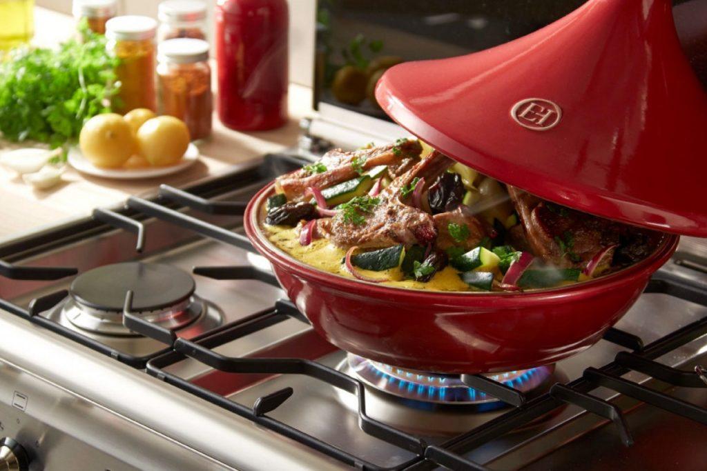 Hochwertiges Kochgeschirr für kreatives Schaffen in der Küche. Ob Keramik-, Emaille- oder Kupfertöpfe. Für jeden Geschmack und Bedarf ist der richtige Topf dabei. Lieben Sie Käse-, oder Schoko-Fondue? Dann werden Ihnen unsere herzigen Fonduetöpfe von Boska viel Freude bereiten. Hätten Sie gerne farbenfrohe, hochwertige Töpfe zum Kochen?Dann empfehle ich Ihnenunsere Keramiktöpfe & Tajine von Emile Henry.Lieben Sie Fisch? Dann ist die Fischplatte von Emile Henry genau das Richtige für Sie! Ob im Herd oder am Griller - das Ergebnis wird Sie begeistern! Fahren Sie gerne campen? Dann packen Sie unser Partyclette Life Set von Boska ein und schon steht einem herrlichen Gourmetabend mit köstlichem Raclette nichts mehr im Wege!